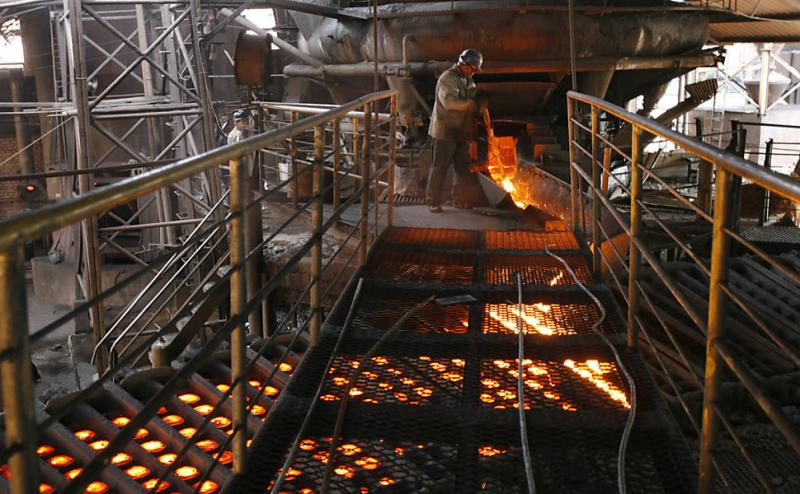 Indústria tem leve alta de 0,4% em janeiro, mas desaba em base anual