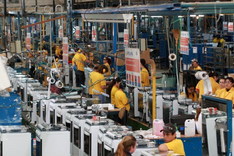 Número de trabalhadores na indústria brasileira cai 0,7% em julho