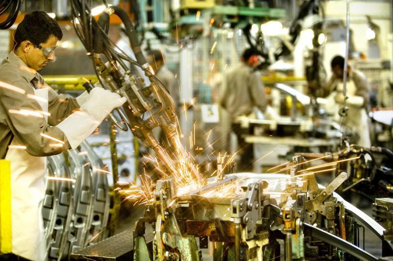 Produção da indústria tem 5ª queda mensal seguida, de 0,7% em outubro.