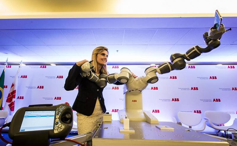 Robôs que trabalham lado a lado com operários chegam à indústria do país