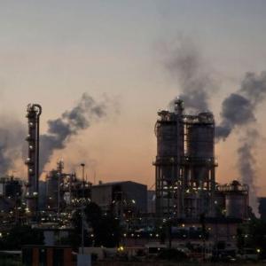 Indústria do Brasil encolhe em dezembro, pelo 11º mês seguido